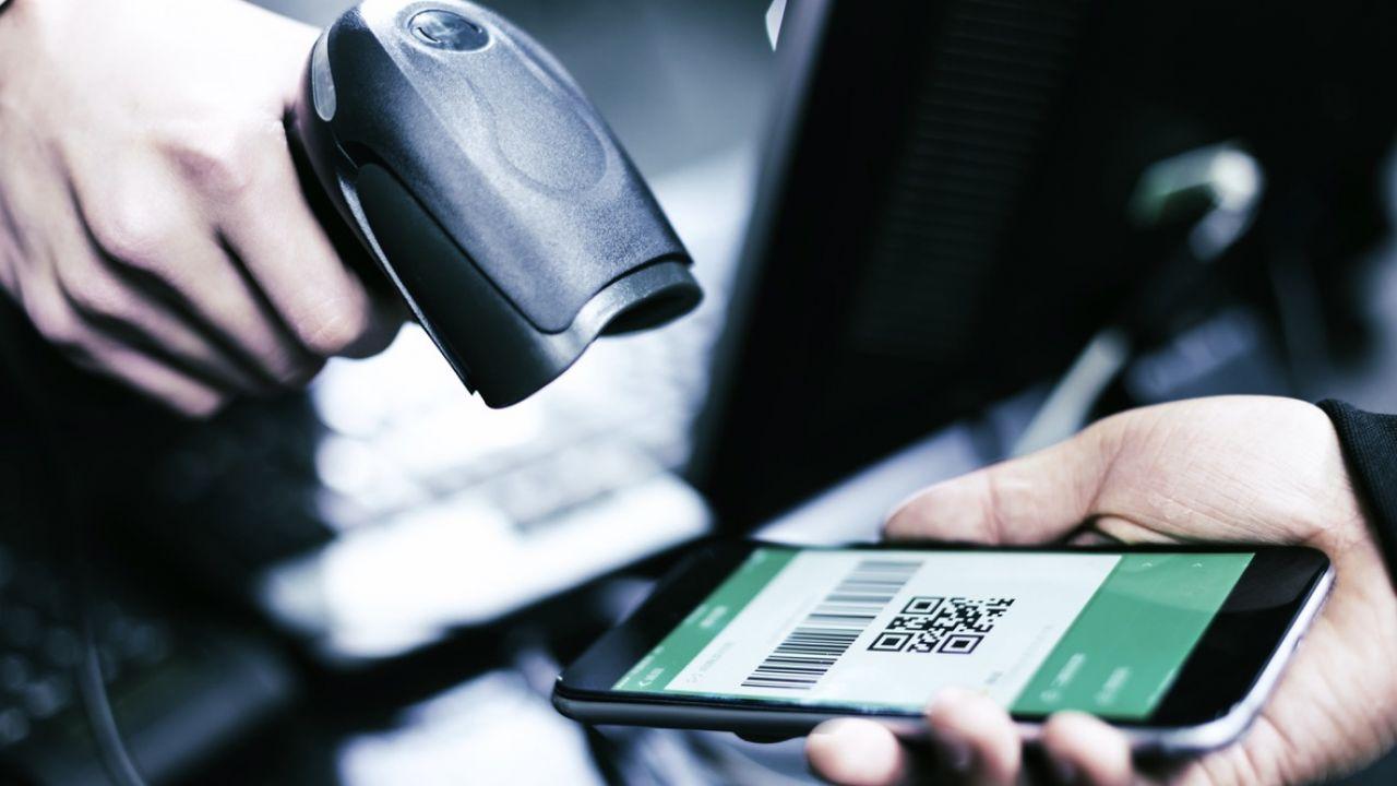 Dzieje się tak dzięki coraz gęstszej sieci terminali płatniczych (fot. Shutterstock/zhu difeng)