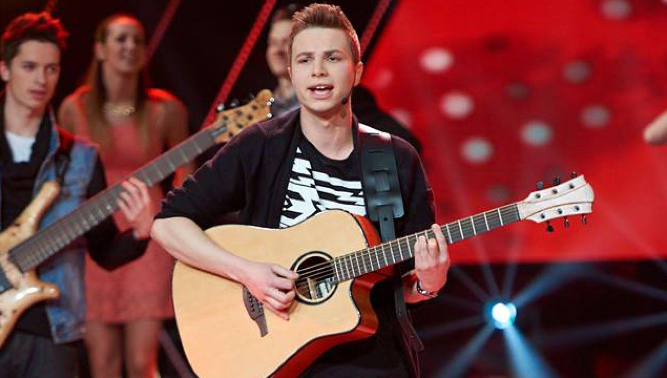 Szymon Chodyniecki śpiewa i gra na czterech instrumentach (fot. Facebook/jacekkorczak.pl)