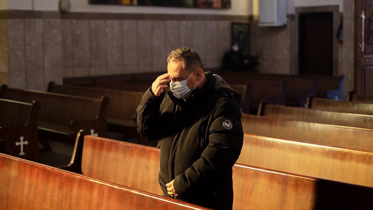 """""""Należy umożliwić wiernym przyjęcie Komunii Świętej zarówno do ust, jak i na rękę"""" (fot. Morteza Nikoubazl/NurPhoto via Getty Images)"""