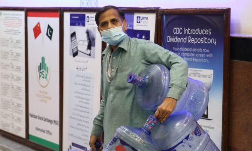 Islamabad, 27 lutego 2020. Mężczyzna nosi maskę ochronną po tym, jak minister zdrowia Pakistanu Zafar Mirza ogłosił, że odnotowano  kraju pierwszy przypadek korona wirusa. Fot. Muhammed Semih Ugurlu / Anadolu Agency via Getty Images