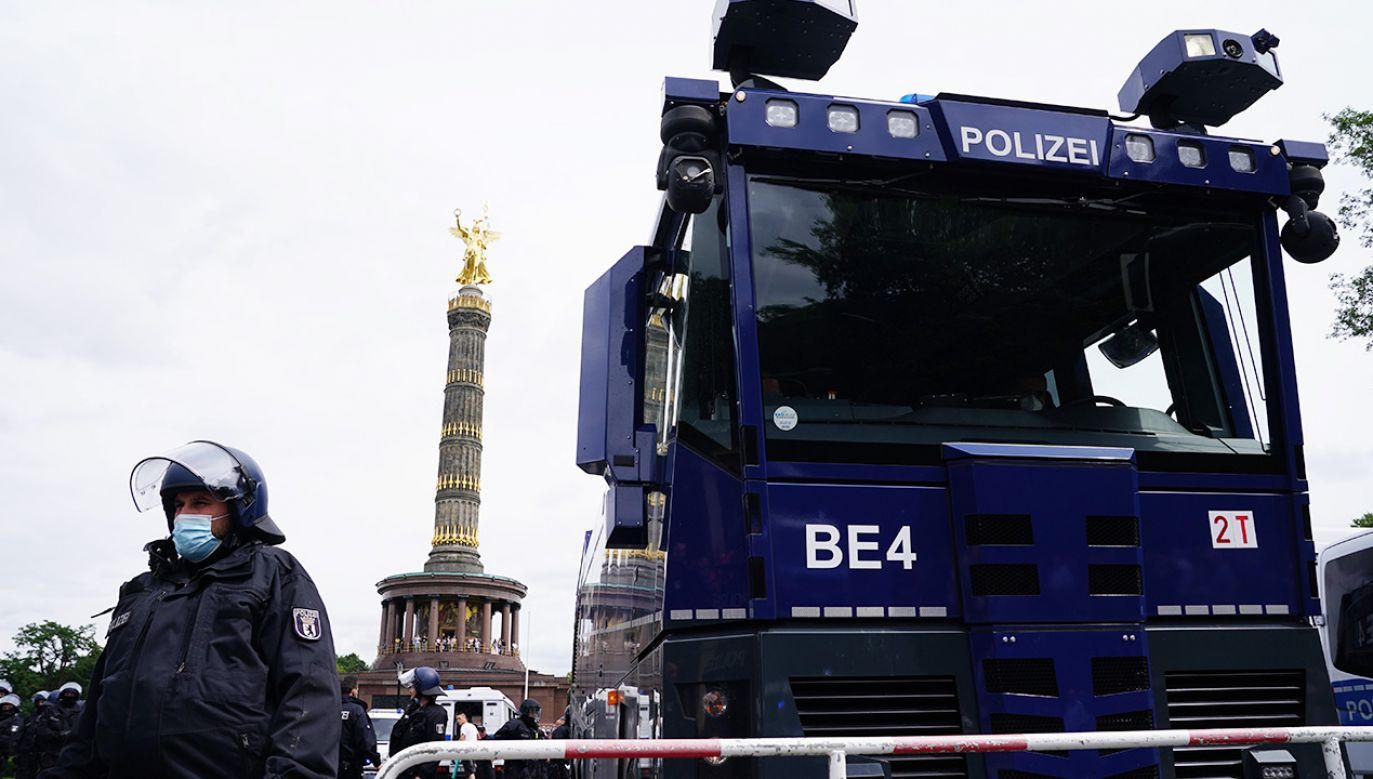 Policja zakazała na ten weekend 16 zgromadzeń koronasceptyków (fot. PAP/EPA/CLEMENS BILAN)