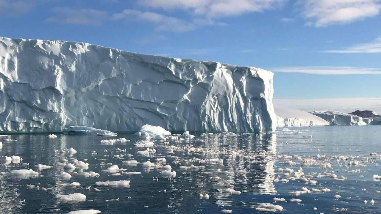 Od środy topnieje około 8 mld ton lodu dziennie (fot. NASA)