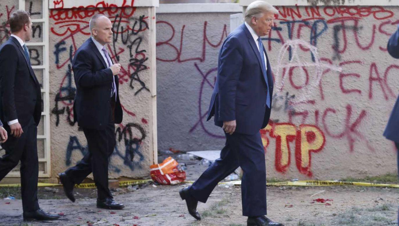 Prezydent Donald Trump poszedł na miejsce protestów (fot. PAP/EPA/SHAWN THEW)