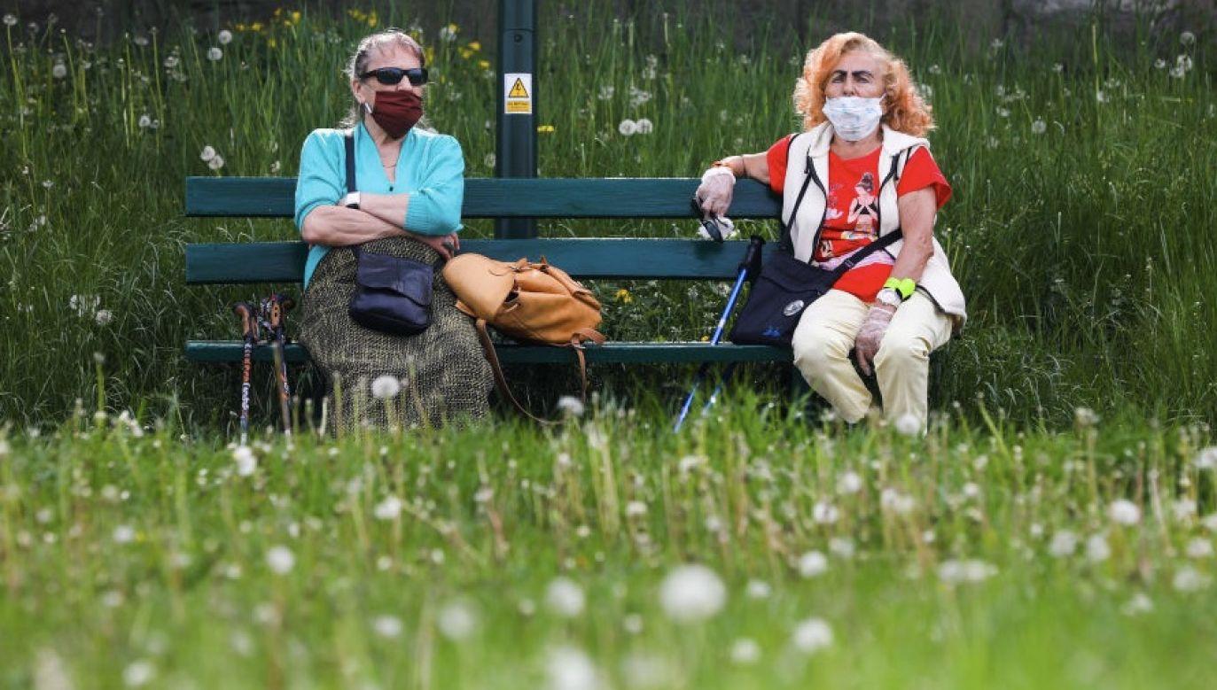 Aby uchronić się przed koronawirusem, należy zachować dystans od innych osób (fot. Beata Zawrzel/NurPhoto via Getty Images)
