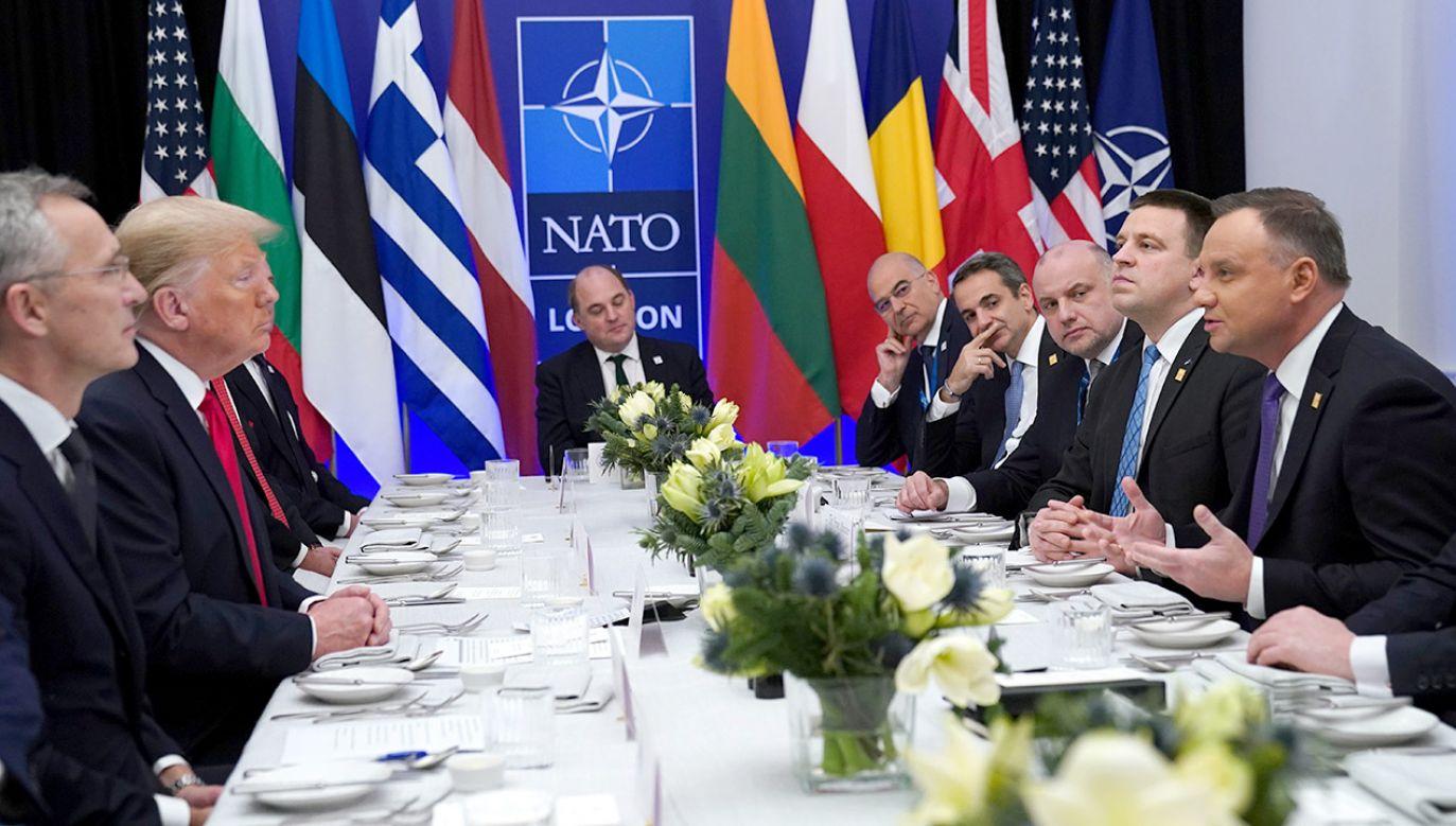 Po szczycie NATO prezydent Donald Trump zorganizował lunch dla przywódców państw, które przeznaczają 2 proc. na obronność (fot. REUTERS/Kevin Lamarque)