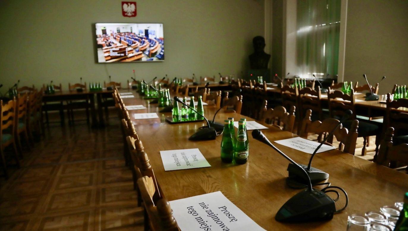 Komisja zarekomendowała wykreślenie z noweli ustawy o przeciwdziałaniu i zwalczaniu COVID-19 zmian w kodeksie wyborczym i dot. RDS. (fot. PAP/Wojciech Olkuśnik)