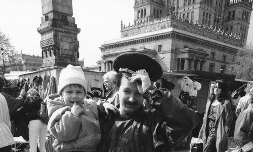 Warszawa, 18.04.1991 r. Handel przed Pałacem Kultury i Nauki.  Mnóstwo towarów ze Wschodu. Fot. PAP/CAF - Marcin Wegner