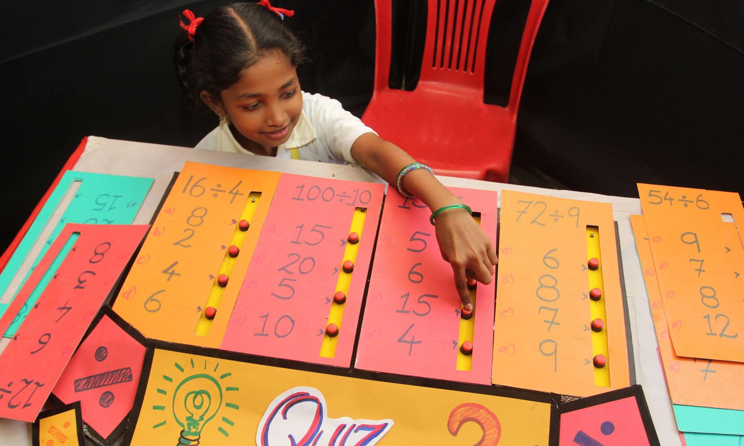 Lekcja matematyki poprzez zabawną naukę i praktyczne zastosowanie w TMC School 69 w Bombaju w Indiach. Fot. Praful Gangurde/Hindustan Times via Getty Images