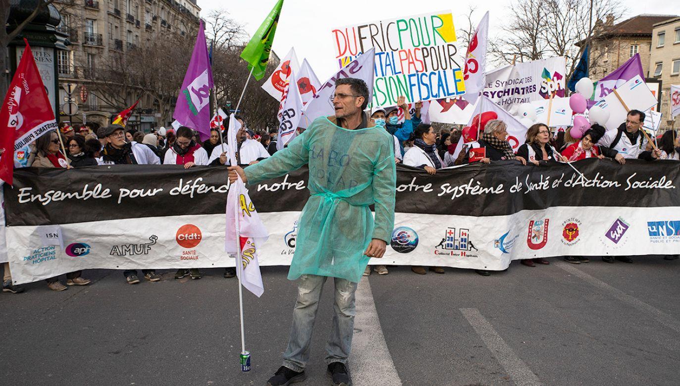 Pracownicy medyczni wyszli na ulice Paryża domagając się poprawy warunków w szpitalach (fot. Jerome Gilles/NurPhoto via Getty Images)
