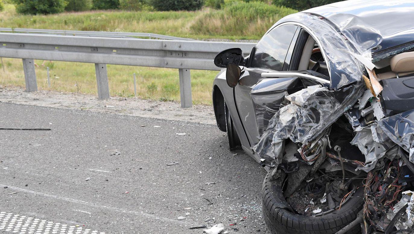 Samochód osobowy zderzył się z przewożącą cement ciężarówką (fot. arch.PAP/Darek Delmanowicz, zdjęcie ilustracyjne)