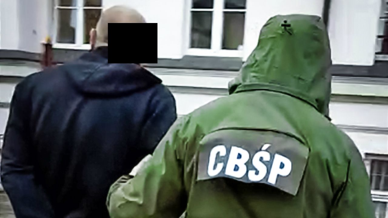 Jeden z zatrzymanych prowadzony na przesłuchanie (fot. CBŚP)
