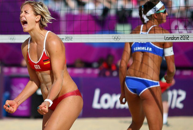 Laura Ludwig z Niemiec cieszy się ze zdobycia punktu w meczu przeciwko swoim rodaczkom (fot. Getty Images)