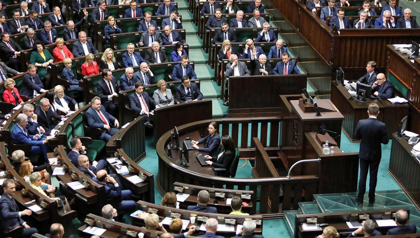 Liczni posłowie w czasie czwartkowego głosowania w Sejmie – także z ław opozycji – zgłaszali problemy z działaniem maszynek do oddawania głosów (fot. arch. PAP/Leszek Szymański)