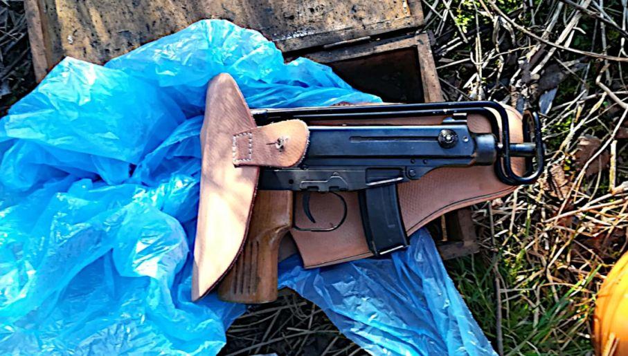 Broń znaleziona przez funkcjonariuszy (fot. CBŚP, KAS)