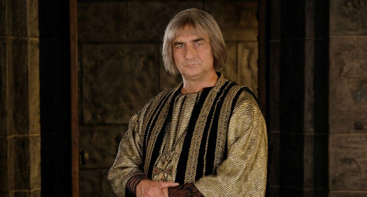 Robert Gonera wcielił się w postać biskupa krakowskiego (fot. TVP)