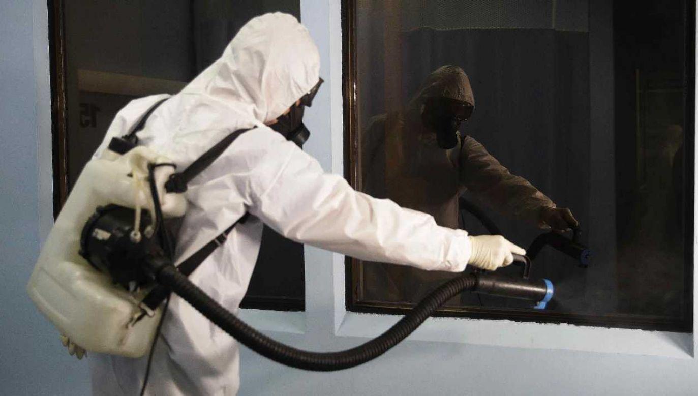 Walka z koronawirusem cały czas trwa (fot. PAP/EPA/Miguel Lemus)