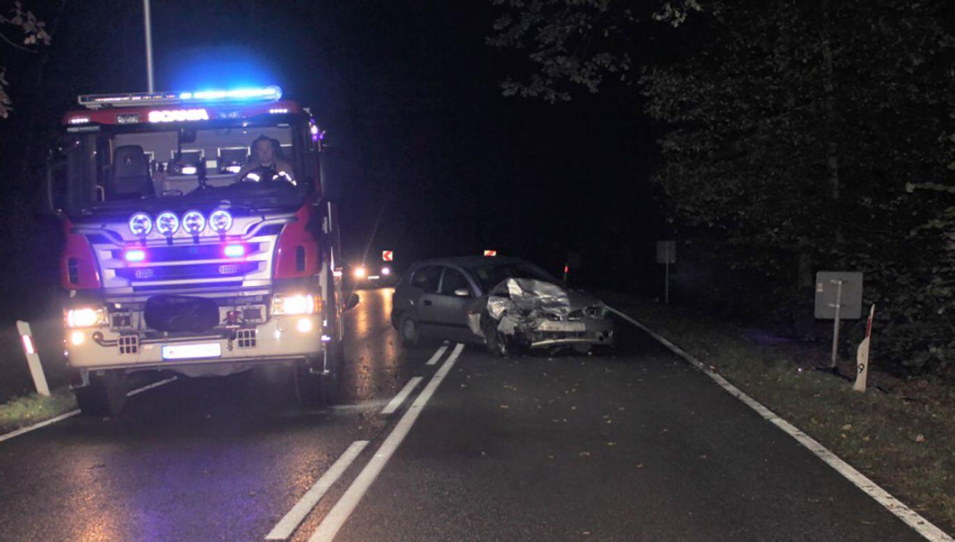 Jedno z aut jest całkowicie skasowane (fot. KPP w Piasecznie)