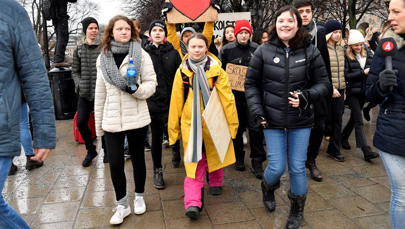 Beata Ernman (po lewej) z siostrą Gretą Thunberg (w centrum) (fot. Henrik Montgomery/TT News Agency/ via REUTERS0