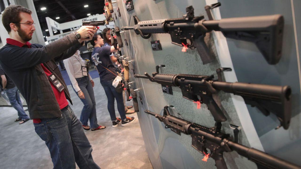 Do końca 2017 w krajowym rejestrze broni figurowało 5,37 mln sztuk broni palnej (fot. Scott Olson/Getty Images)