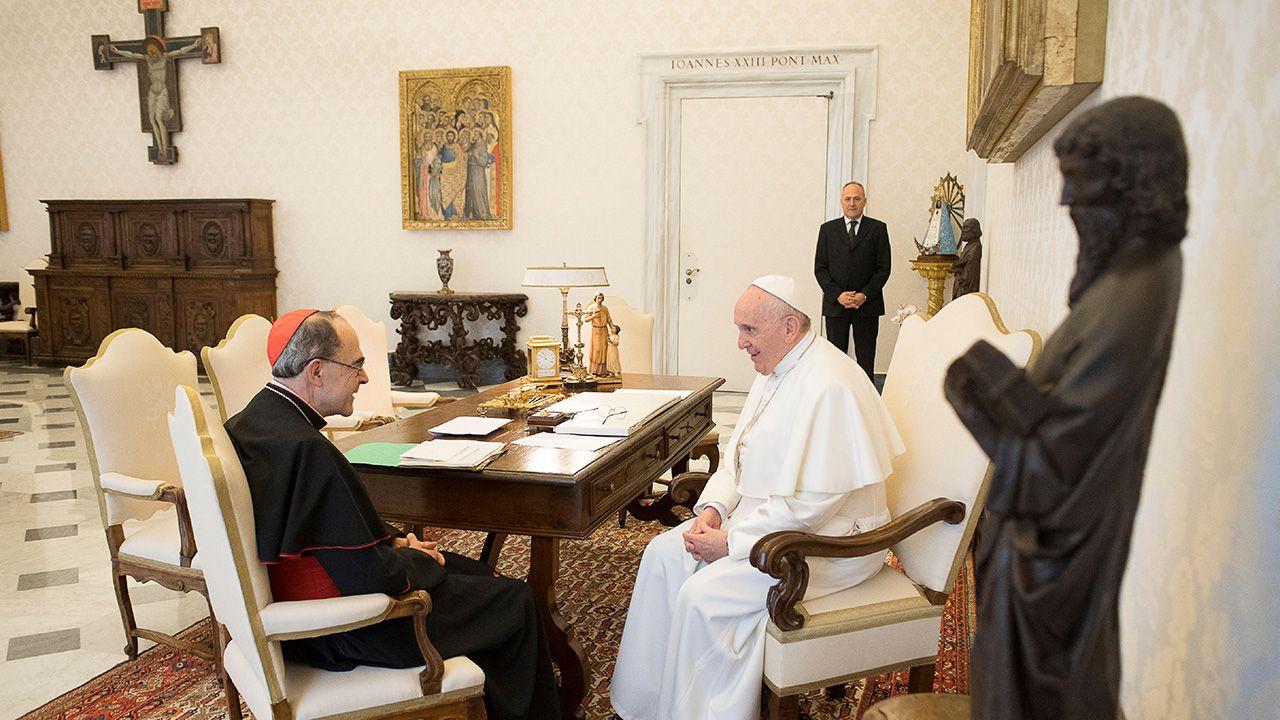 Papież Franciszek przyjmuje kardynała Philippe Barbarina, arcybiskupa Lyonu, w Watykanie (fot. REUTERS/Vatican Media/Handout)