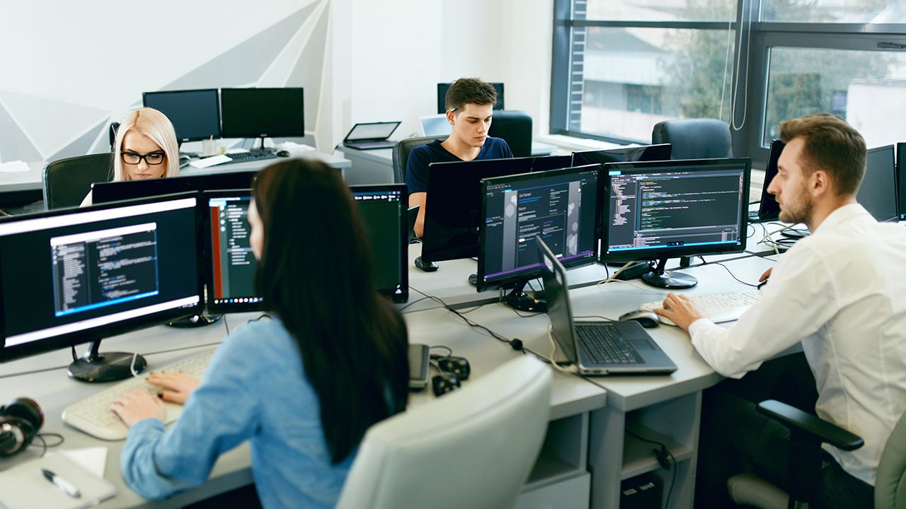 Z nowych przepisów skorzystają głównie Ukraińcy pracujący w branży IT (fot. Shutterstock/puhhha)