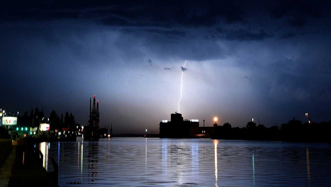 IMGW ostrzega przed silnymi burzami i porywami wiatr, które mogą przekraczać 100 km/h (fot. arch. PAP/Marcin Bielecki)