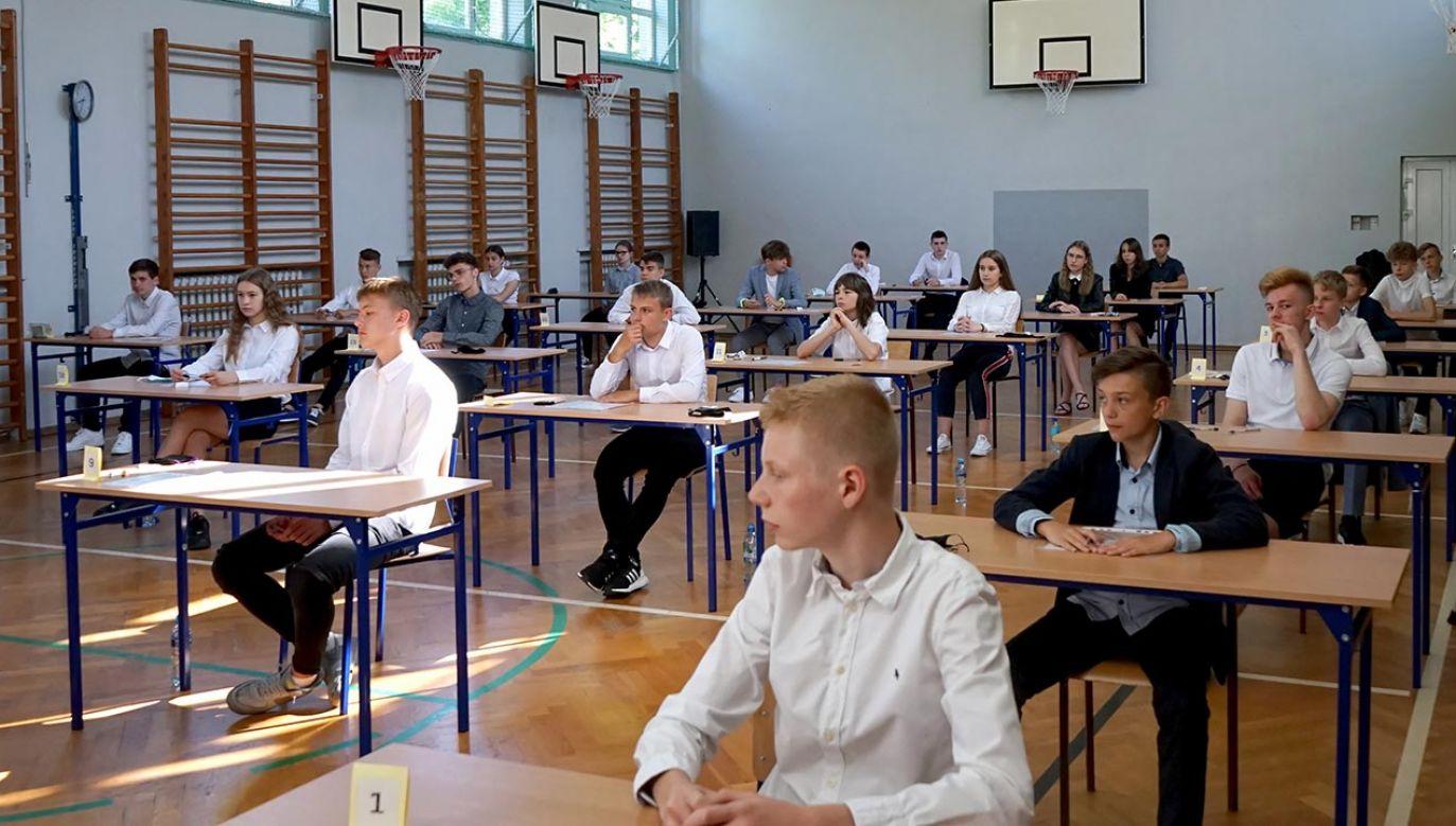 Podobnie jak egzamin przeprowadzony w sesji głównej także egzamin w sesji dodatkowej przeprowadzony będzie w reżimie sanitarnym (fot. PAP/Marcin Bielecki, zdjęcie ilustracyjne)