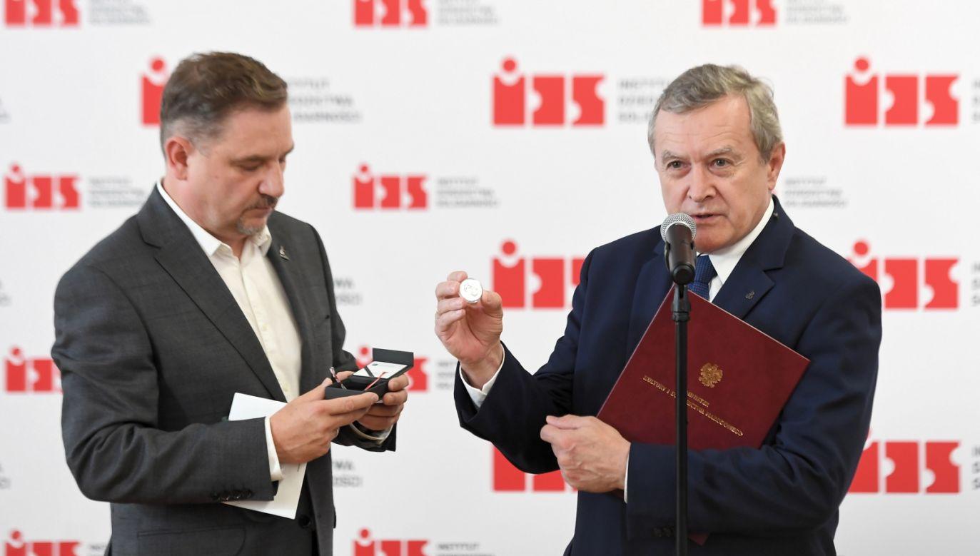 Piotr Gliński w sali BHP Stoczni Gdańskiej (fot. PAP/Marcin Gadomski)