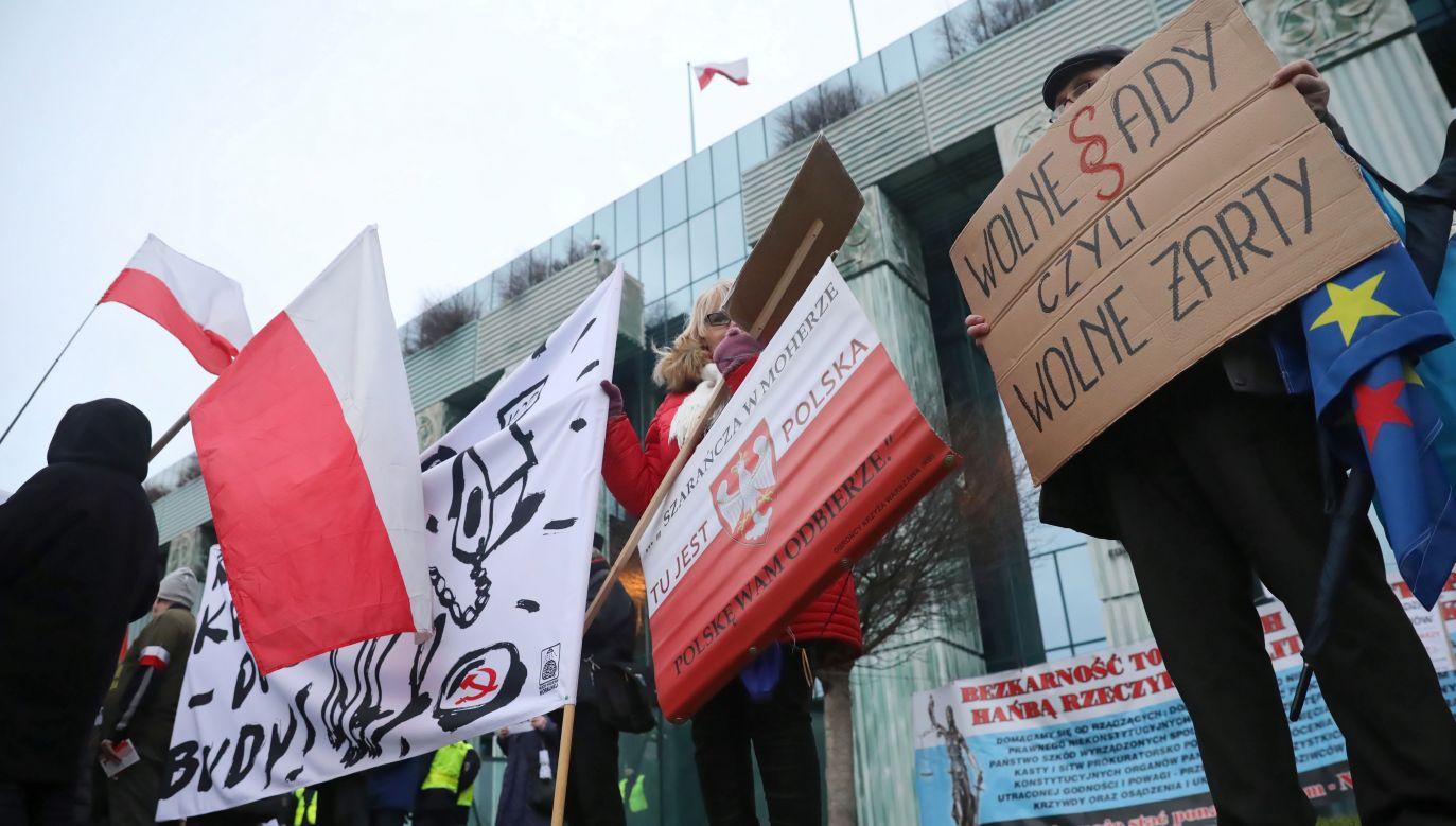 Kontrmanifestacja do Marszu Tysiąca Tóg przed budynkiem Sądu Najwyższego w Warszawie (fot. arch. PAP/Tomasz Gzell)