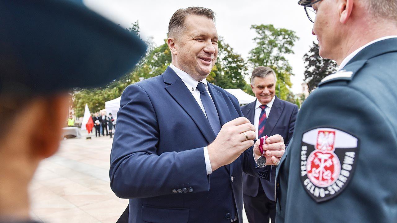 Minister Czarnek wręczył awanse i odznaczenia pracownikom i funkcjonariuszom KAS (fot. PAP/Wojtek Jargiło)