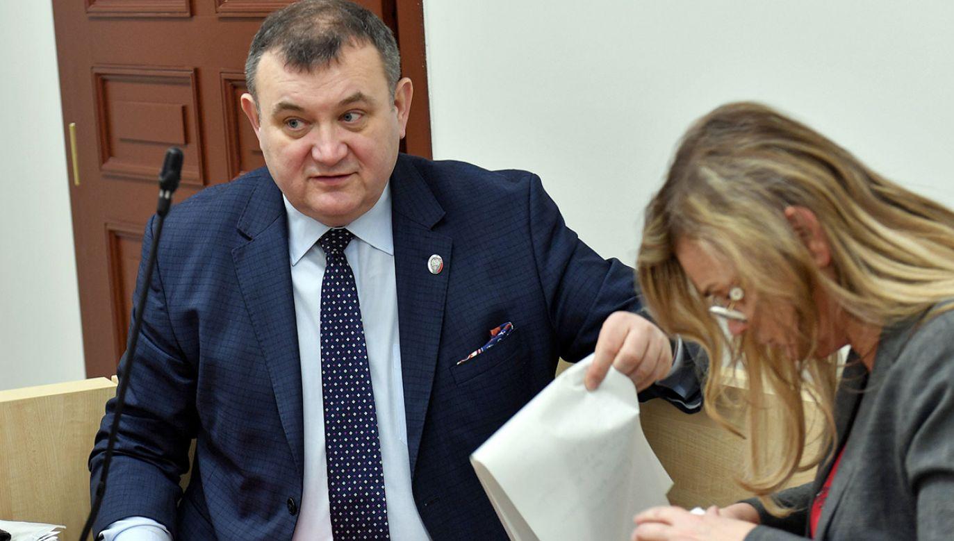 """Gawłowski twierdzi, że nie chodzi o plagiat, ale o to, że """"PiS chce go zamknąć"""" (fot. PAP/Marcin Bielecki)"""