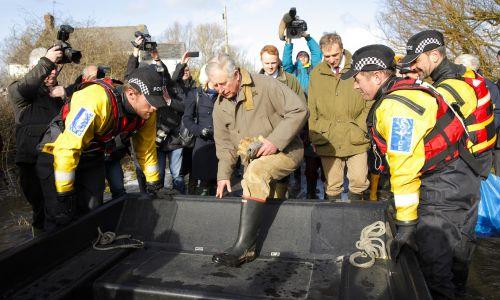 Następca brytyjskiego trony, książę Karol wizytując tereny po powodzi, nie mógł założyć nic innego. Fot. Max Mumby/Indigo/Getty Images