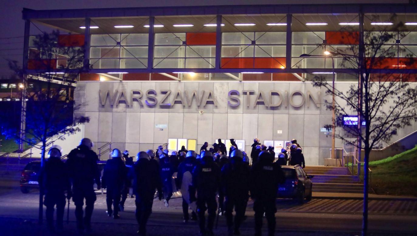 Policja przed stacją Warszawa Stadion podczas Marszu Niepodległości w stolicy, 11 listopada (fot. arch.PAP/L.Szymański)