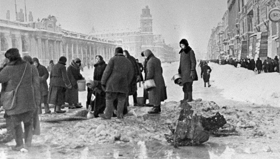 Mieszkańcy oblężonego Leningradu w kolejce po wodę (fot. RIA Novosti archive, #907 / Boris Kudoyarov / CC-BY-SA 3.0)
