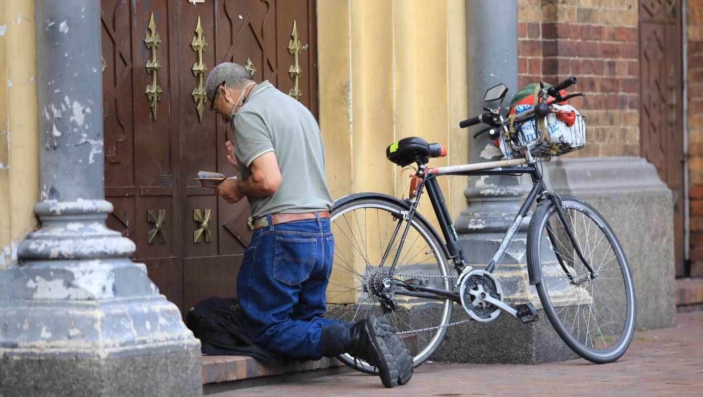 Niedziela Wielkanocna w Bogocie. W 2020 roku w czasie pierwszej fali pandemii władze Kolumbii postanowiły w czasie świąt zamknąć wszystkie kościoły. Fot.  Daniel Munoz/VIEWpress via Getty Images