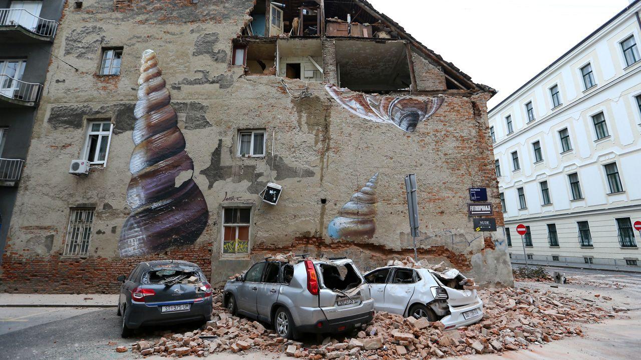 Zniszczone samochody w Zagrzebiu (fot. REUTERS/Antonio Bronic)