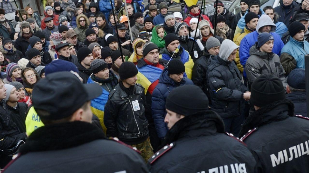Demonstranci i milicja w Kijowie (fot.  PAP/EPA/FILIP SINGER)