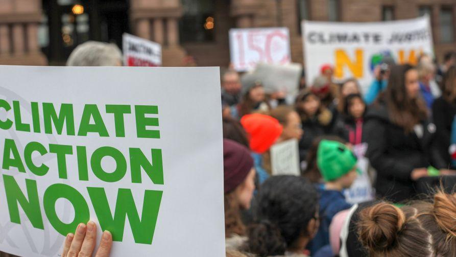 """Gazeta wskazuje, że grupy finansowe nie tylko wspierają strajki klimatyczne, ale """"oddziałują też na opinię publiczną na świecie oraz próbują wpływać na poszczególne rządy"""" (fot.pixabay.com)"""