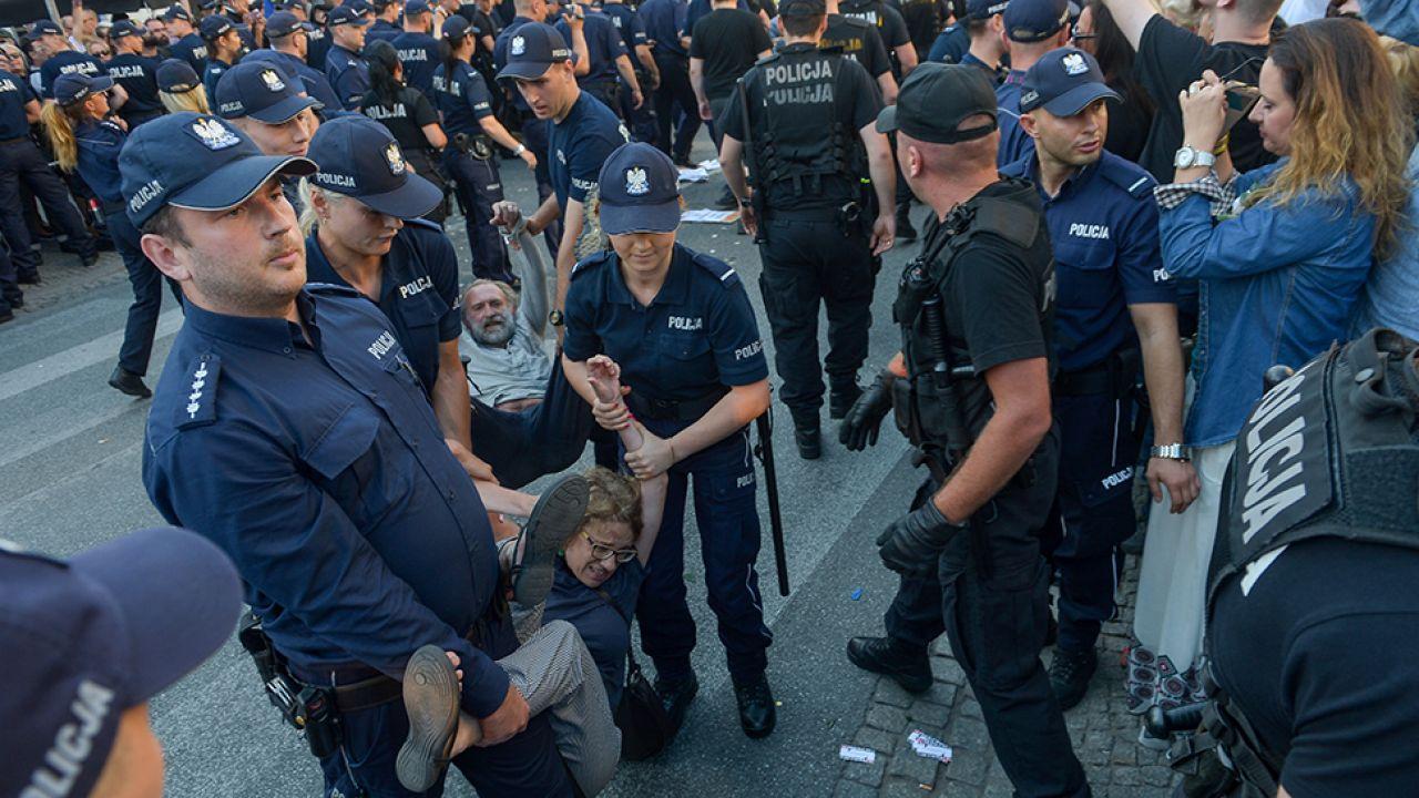Kilkudziesięcioosobowa grupa Obywateli RP próbowała usiąść na ulicy blokując przemarsz (fot. PAP/Marcin Obara)