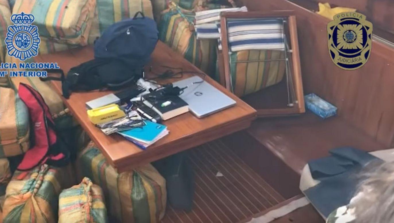 Paczki z kokainą zajęły niemal całe wolne miejsce, pod pokładem niewielkiego jachtu (fot. Policia Nacional)