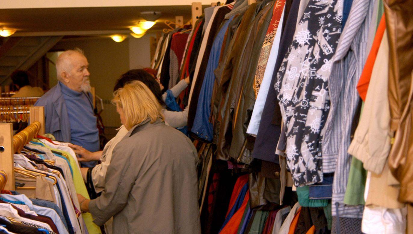 Już ponad 40 proc. Polaków sięga po używane książki czy ubrania (fot. PAP/Szymon Pulcyn szp/bp)