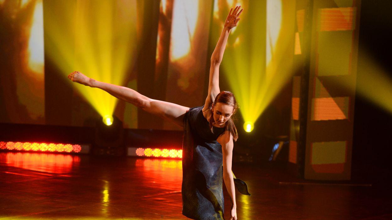 17–letnia Alicja jest uczennicą Ogólnokształcącej Szkoły Baletowej im. Ludomira Różyckiego w Bytomiu – finałowy taniec (fot. TVP/Jan Bogacz)