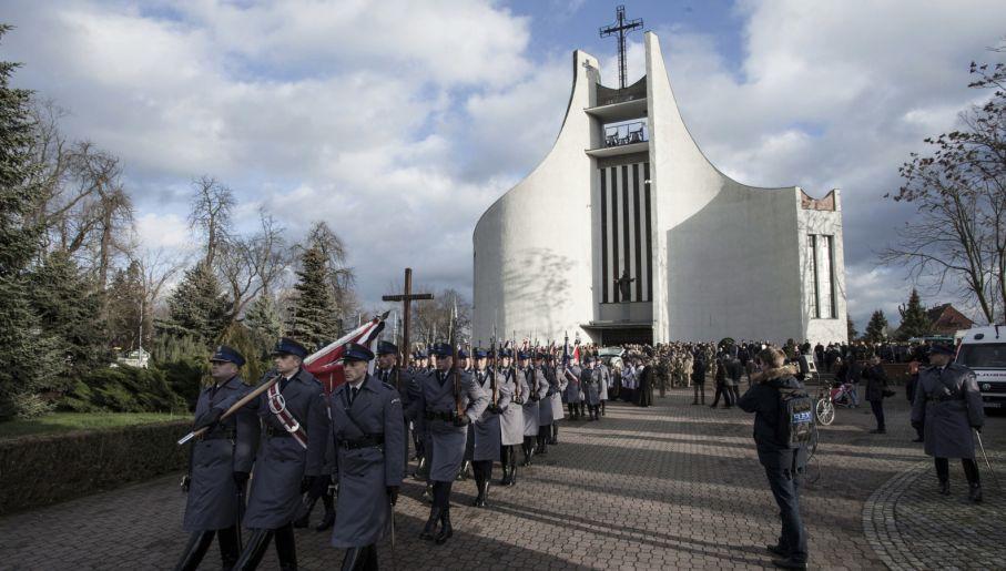 Oleśnica, uroczystości pogrzebowe komisarza Mariusza Koziarskiego (fot. PAP/Aleksander Koźmiński)